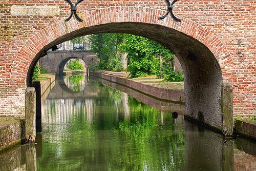 De Brigittenbrug over de Nieuwegracht in Utrecht in de zomer (3) van