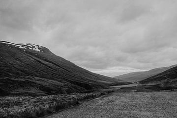 Schwarze und weiße Landschaft | Island | Dramatische Wolken von Floor Bogaerts