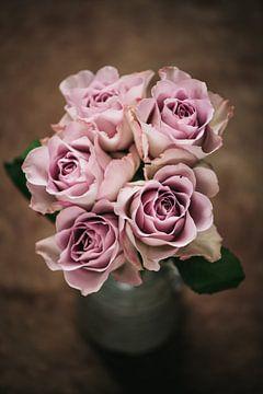 Roses roses dans un vase sur Lorena Cirstea