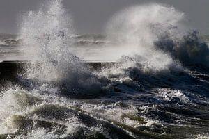 Krachtige golven beuken op de pier van