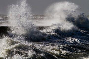 Krachtige golven beuken op de pier sur Menno van Duijn