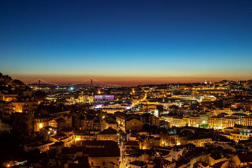Lissabon bij nacht van Mark Lenoire