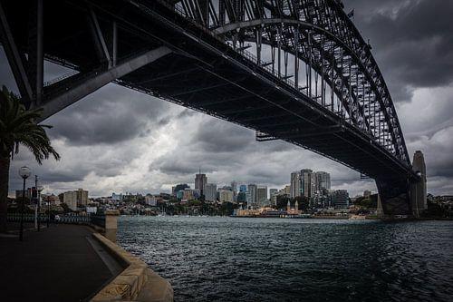 Sydney Harbour bridge onweerslucht van Tessa Louwerens
