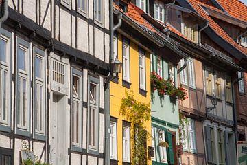 Straat met gekleurde vakwerkhuizen van Marrit Molenaar