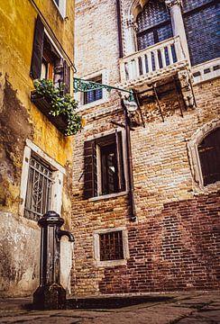 Karakteristiek hoekje in Venetië van Mischa Corsius