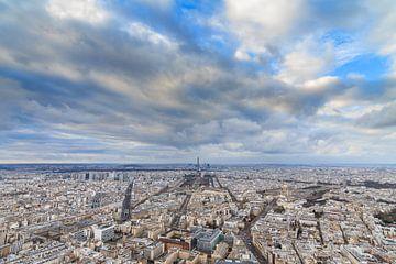 Wolken boven Parijs met Eiffeltoren van Dennis van de Water