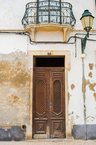 De deuren van Portugal bruin nummer 7 van Stefanie de Boer