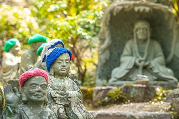 Kleine Statuen in einem japanischen Garten von Mickéle Godderis