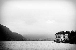 Misty Lake of Annecy van Dennis Robroek
