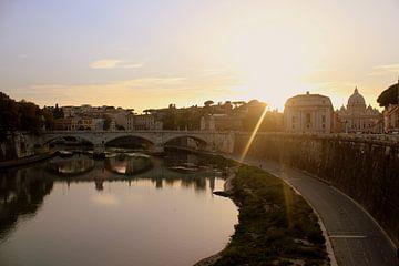 Zonsondergang aan de Tiber in Rome van Bijou Cloin