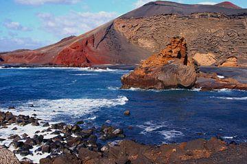 Vulkanen in oceaan, kustlijn Lanzarote
