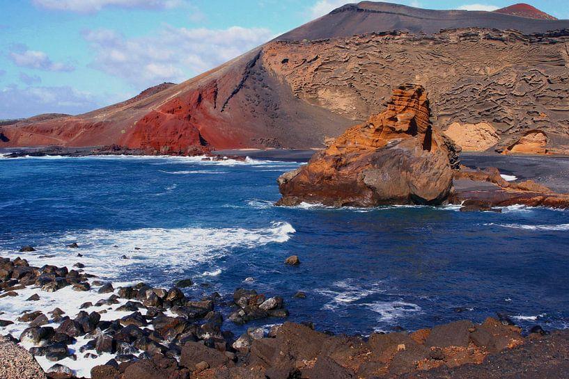 Vulkanen in oceaan, kustlijn Lanzarote van Inge Hogenbijl