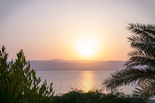 Zonsondergang dode zee Jordanië van Chantal Schutte