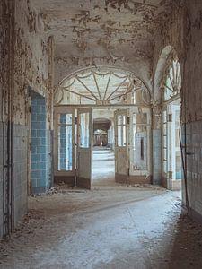 Verlassene Plätze: blauer Korridor mit halbkreisförmigem Rahmen von