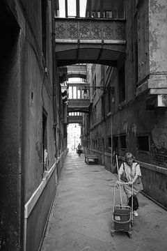 femme de ménage dans les rues de venetie sur Ed Dorrestein