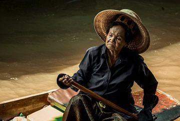 Oudere vrouw in drijvende markt Chiang Mai van Nick van der Blom