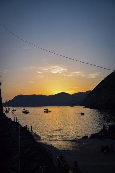 Ondergaande zon in Vernazza, Cinque Terre van Kramers Photo