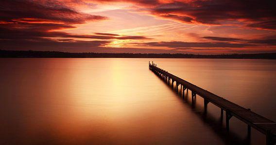 Lange loopbrug naar de zonsondergang