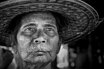 Chin vrouw met getatoeëerd gezicht in Myanmar/Birma.