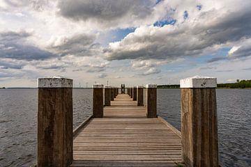 Houten steiger bij Spakenburg aan het water met mooie wolkenlucht van Margreet Riedstra