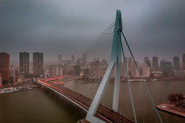 Le pont Erasmus à Rotterdam pendant le brouillard. sur Arisca van 't Hof