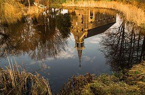 Kerkje Blankenham weerspiegeld in het water