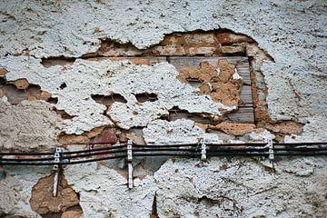 Hochwasserauffüllung: Alter Putz fällt von der Wand. von Nic Limper