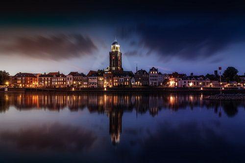 Donker Stadaanzicht van Deventer en de IJssel met reflectie