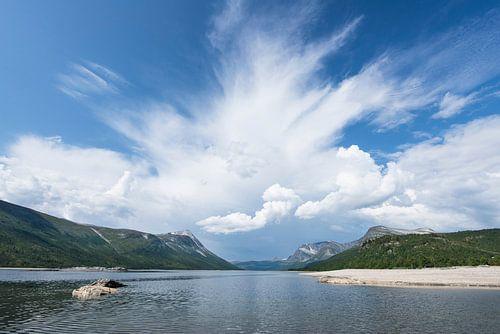 Bergmeer in Noorwegen met naderend onweer van
