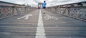 Running across the Brooklyn Bridge van eric borghs