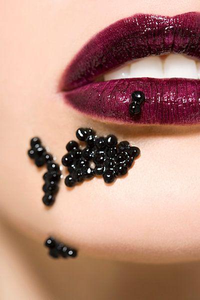 SF00917937 Close-up van vrouwenlippen met caviaar van BeeldigBeeld Food & Lifestyle