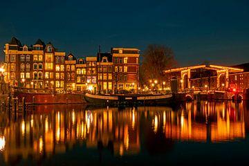 Amsterdam sur l'Amstel la nuit aux Pays-Bas sur Nisangha Masselink