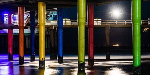 Kleurrijke avond opname onder de pier van Scheveningen