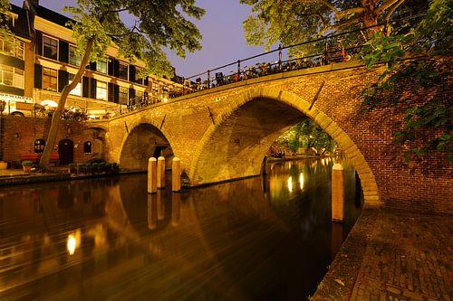 Weesbrug over de Oudegracht in Utrecht van Donker Utrecht
