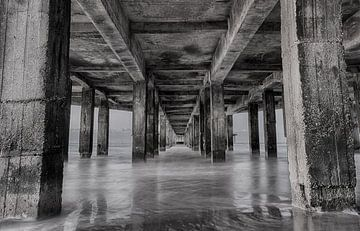 Unter der Pier von Blankenberge - schwarz-weiß von Mike Maes