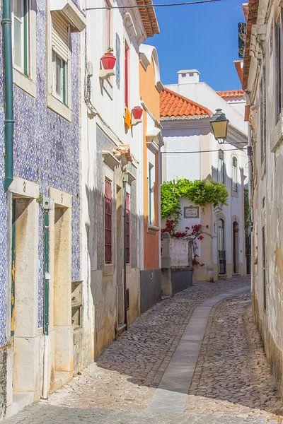 Portugees straatje om heerlijk doorheen te slenteren van Michèle Huge