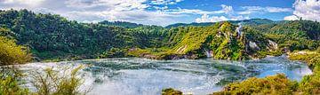 Panorama kratermeer op het Noordereiland van Nieuw Zeeland van Rietje Bulthuis