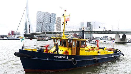 De Erasmusbrug in Rotterdam met een boot van de Havendienst