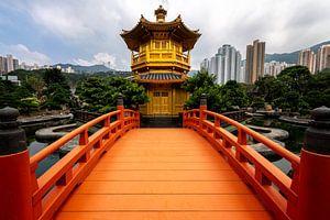 Oranje brug naar tempel in China van Michael Bollen