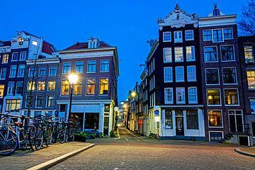 Stadsgezicht van Amsterdam met zonsondergang van Nisangha Masselink