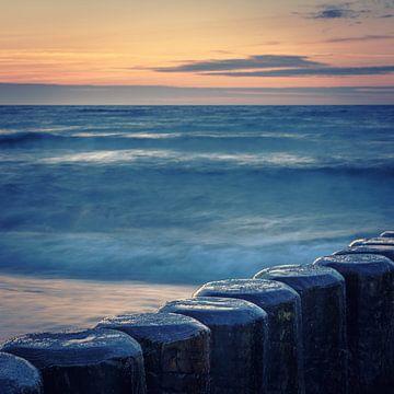 Buhnen der Ostsee im Abendlicht von Tobias Luxberg
