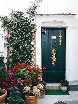 Groene deur met bloemen in Atrani van Michiel Dros