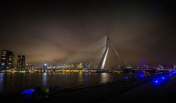 Nachtopname van de Erasmusbrug in Rotterdam van Wim Brauns
