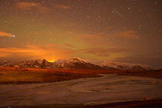 Noorderlicht boven IJslands landschap