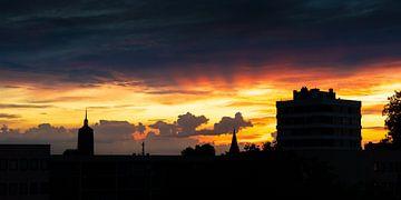 Skyline Enschede bij zonsondergang [Panorama] van Stef Kuipers