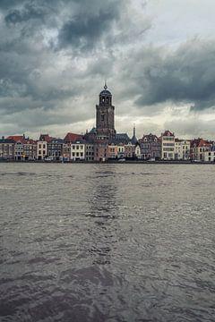 Schilderachtige wolken boven Deventer en de IJssel. van Bart Ros