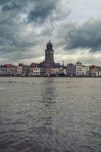 Schilderachtige wolken boven Deventer en de IJssel.