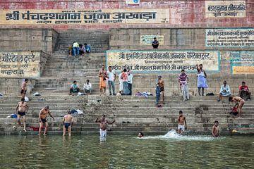 Hindoeïstische pelgrims nemen een bad in de Heilige Ganges op het gunstige Maha Shivaratri-festival van Tjeerd Kruse