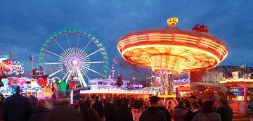 Bremen :  Riesenrad  und Karussell auf dem Bremer Freimarkt van Torsten Krüger