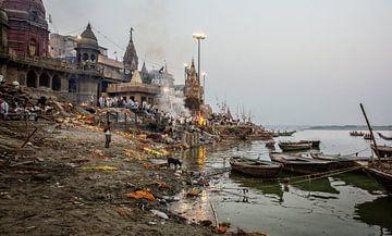 Hindoe crematie ceremonie in Manikarnika Ghat aan de oevers van de heilige Ganges rivier in Varanasi van Tjeerd Kruse